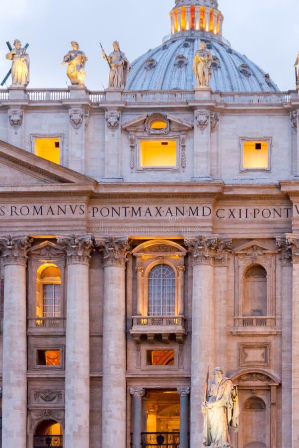 Statua di Saint Paul l'apostolo davanti alla facciata della basilica II del ` s di St Peter immagini stock