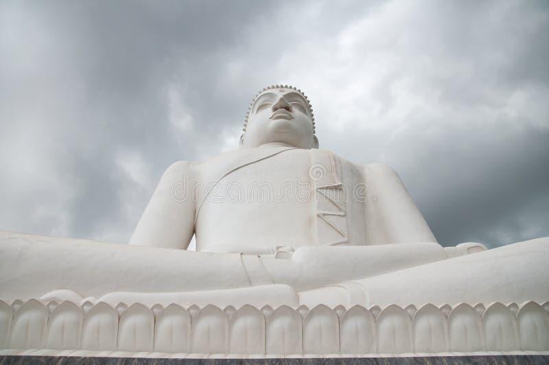 Statua di Samadhi Buddha con le nuvole di tempesta nei precedenti a Kurunegala, Sri Lanka fotografia stock libera da diritti