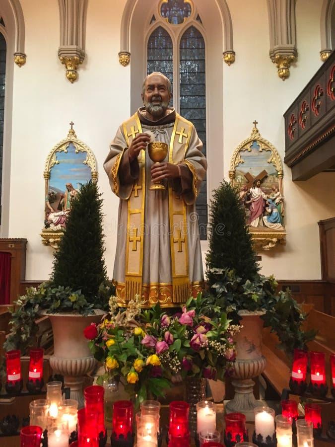 Statua di San Padre Pio con l'eucaristia immagini stock