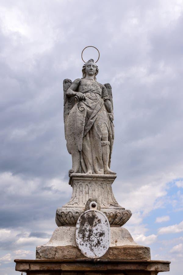 Statua di San Rafael Archangel nel ponte romano immagini stock libere da diritti
