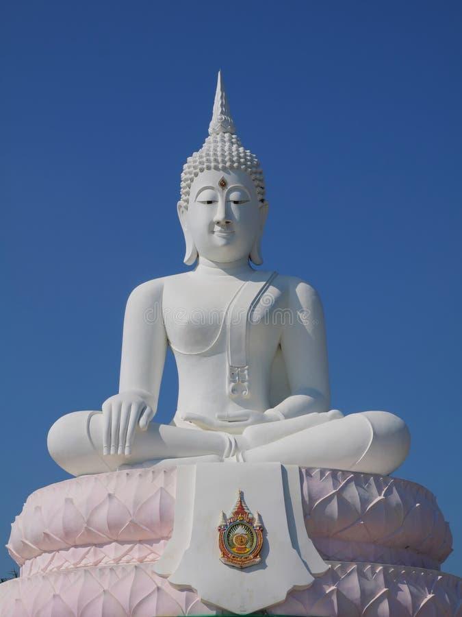 Statua di seduta bianca del buddha immagine stock libera da diritti