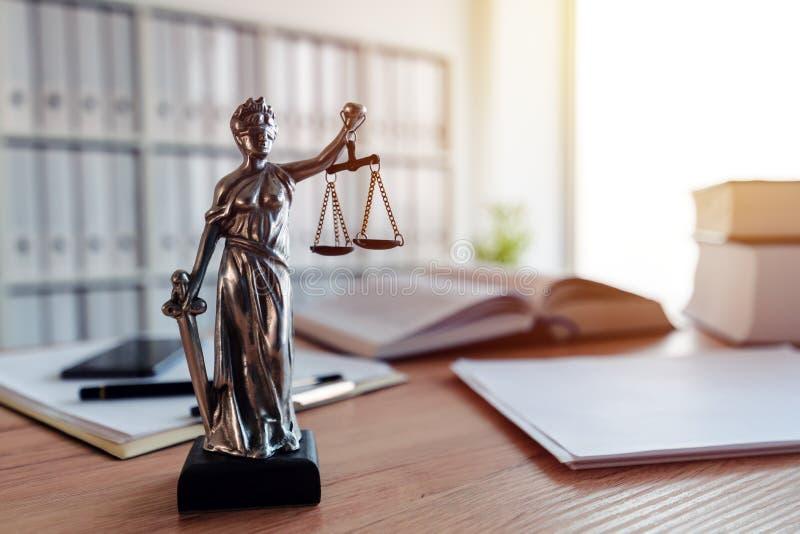 Statua di signora Justice nell'ufficio dello studio legale fotografia stock libera da diritti