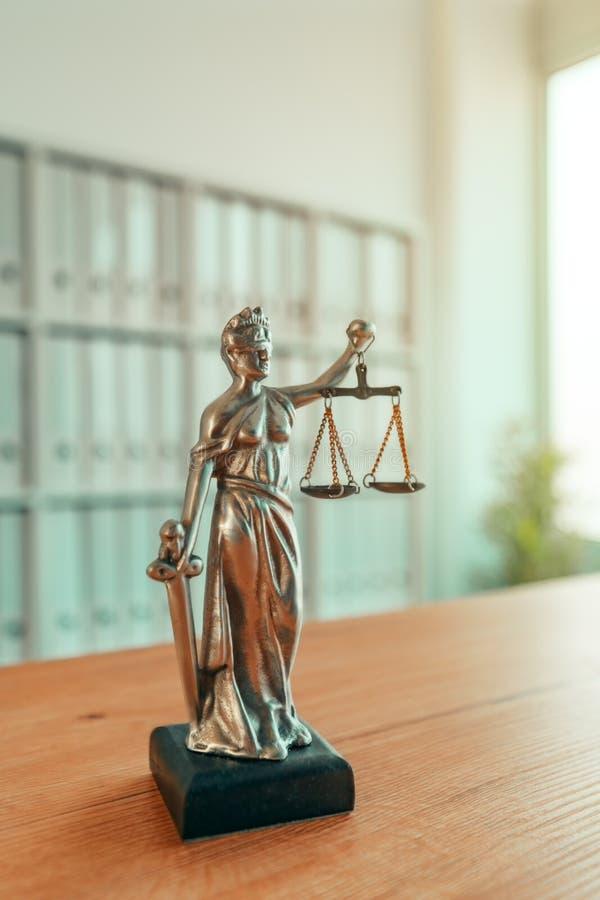 Statua di signora Justice nell'ufficio dello studio legale fotografia stock