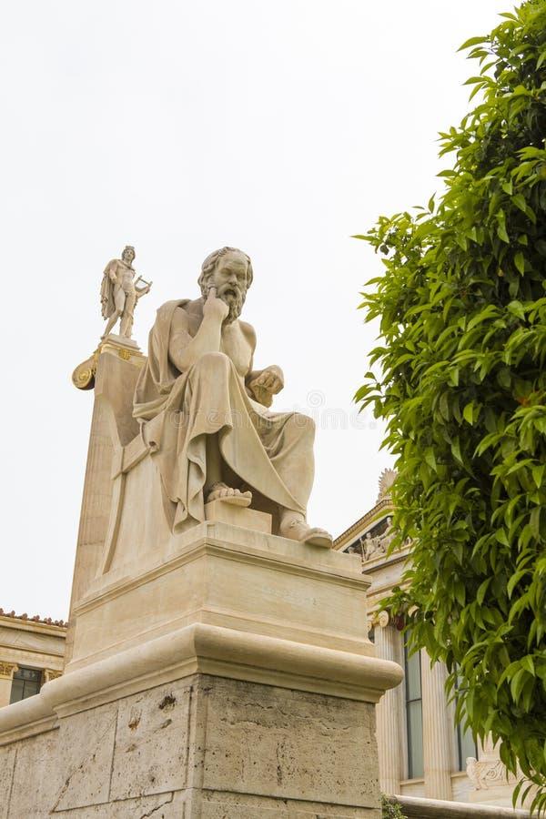 Statua di Socrates ed Apollo davanti all'accademia di Atene fotografia stock libera da diritti