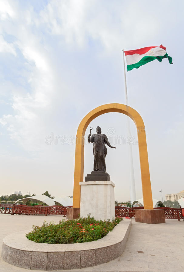 Statua di Somoni davanti alla bandiera del Tagikistan dushanbe immagini stock libere da diritti