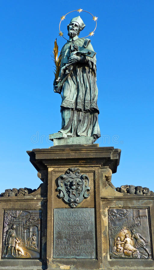 Statua di St John di Nepomuk su Charles Bridge a Praga fotografie stock