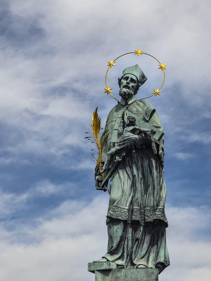 Statua di St John di Nepomuk su Charles Bridge a Praga fotografia stock libera da diritti