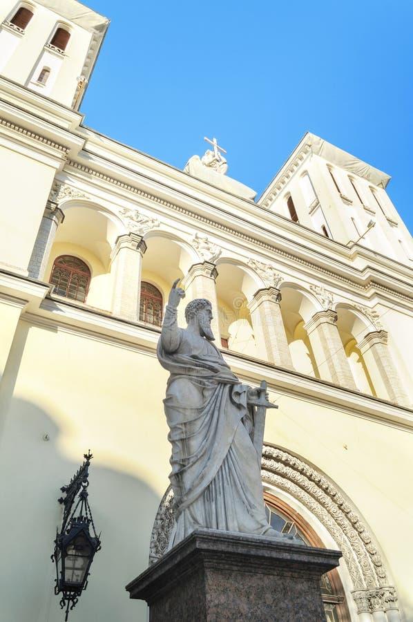 Statua di St Paul all'entrata della chiesa luterana dei san Peter e Paul Church (1838) a St Petersburg immagine stock libera da diritti