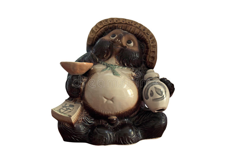 Statua di Tanuki con la bottiglia di causa su fondo bianco fotografia stock libera da diritti