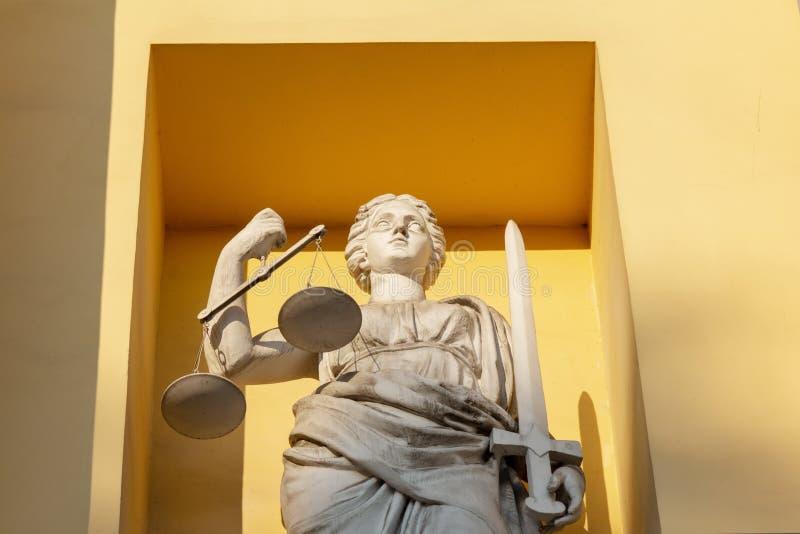 Statua di Themis sulla facciata della costruzione della corte costituzionale a St Petersburg, Russia fotografia stock