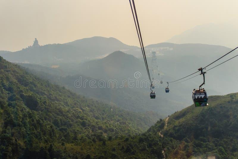 Statua di Tian Tan Buddha del gigante sul picco della montagna, visualizzazione dalla cabina di funivia di ping 360 di Ngong al P immagine stock
