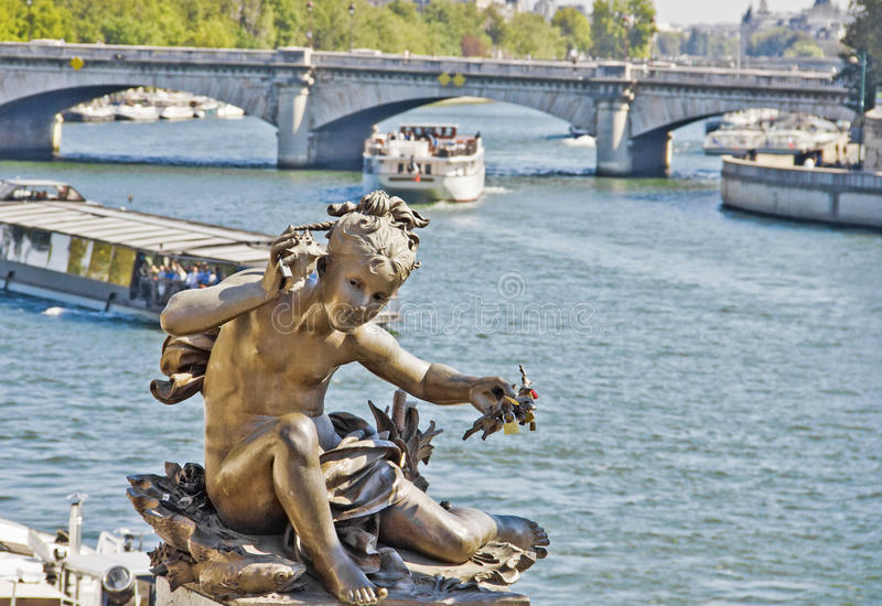 Statua di un cherub sul ponticello Alexandre III immagini stock libere da diritti