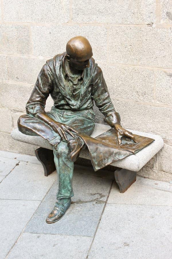 Statua di un giornale della lettura dell'uomo a Madrid immagini stock