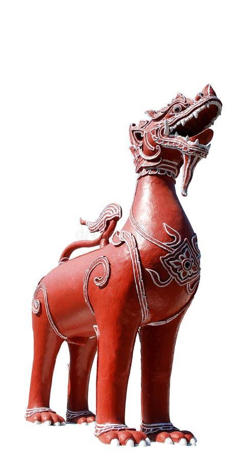 Statua di un leone con l'ente rosso che serve da posto importante dentro immagine stock libera da diritti