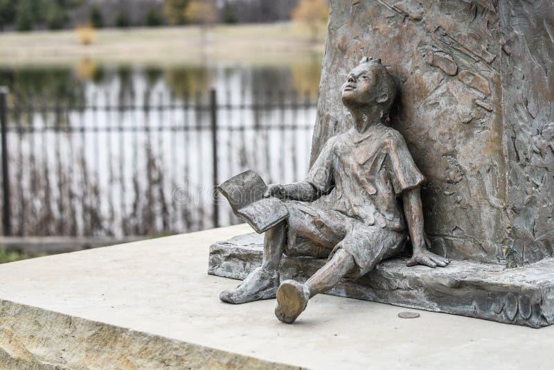 Statua di un ragazzo con il libro - sognando immagini stock libere da diritti