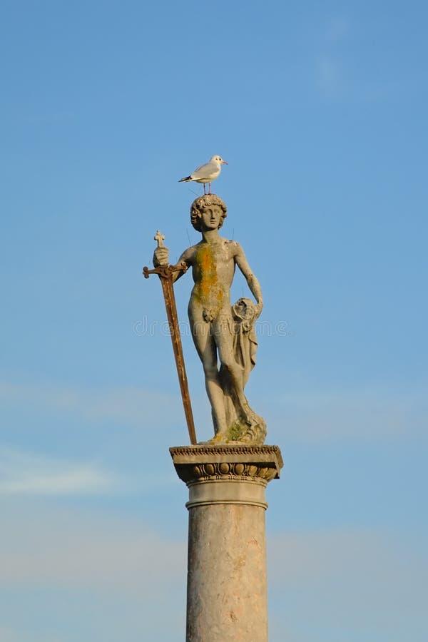 Statua di un uomo nudo con una spada, con un gabbiano sulla sua testa al giardino di Lussemburgo, Parigi fotografia stock libera da diritti