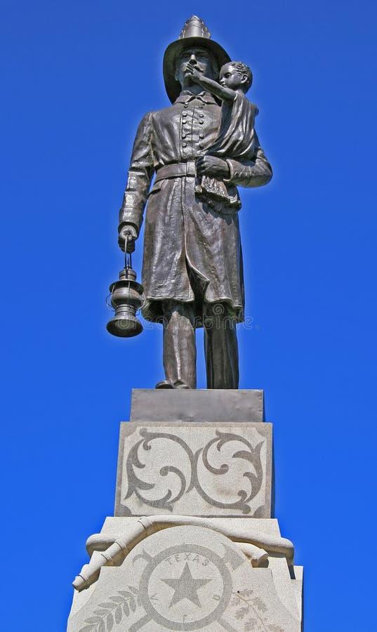 Statua di un vigile del fuoco fotografia stock libera da diritti
