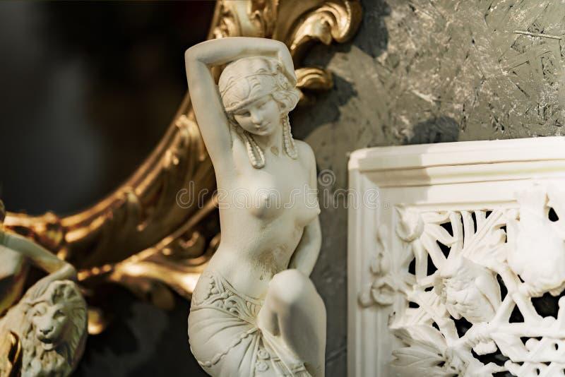 Statua di una donna nuda in marmo fotografia stock