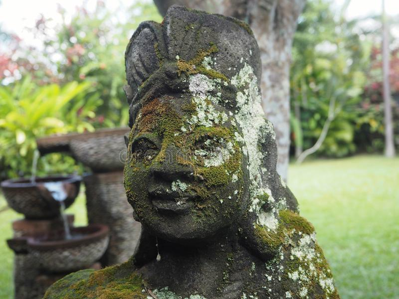 Statua di una donna in un giardino privato in Ubud, Bali immagini stock libere da diritti