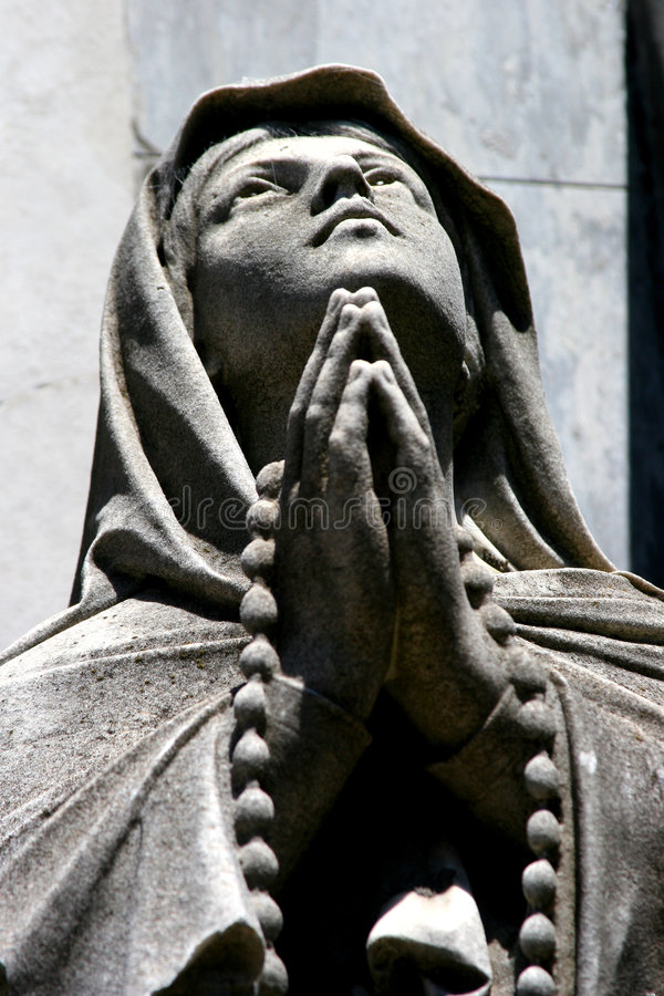 Statua di una persona di preghiera fotografia stock libera da diritti