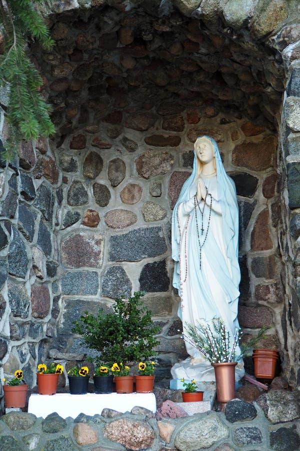 Statua di vergine Maria in grotta fotografie stock libere da diritti