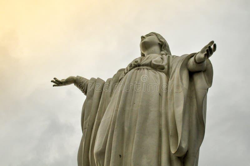 Statua di vergine Maria su Cerro San Cristobal, Santiago, Cile fotografia stock libera da diritti