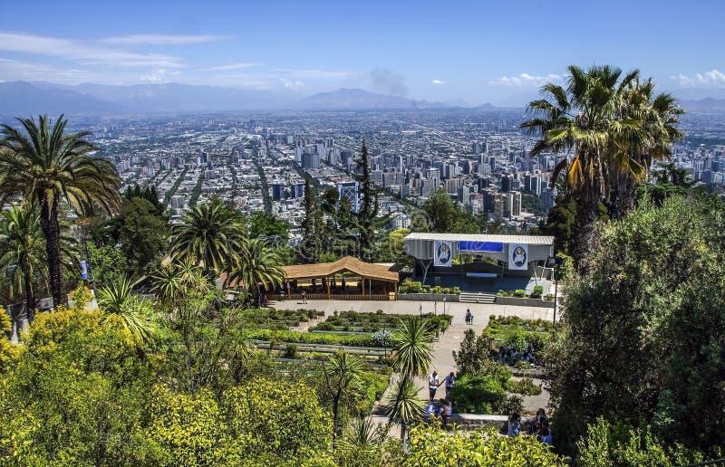 Statua di vergine Maria sulla cima di Cerro San Cristobal, Santiago, Cile immagini stock