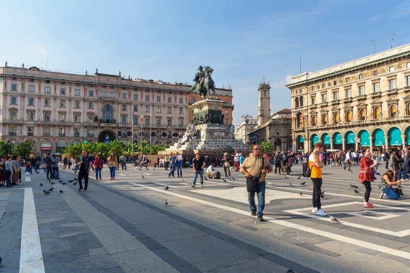 Statua di Victor Emmanuel II a cavallo su Piazza del Duomo quadrata a Milano L'Italia immagine stock
