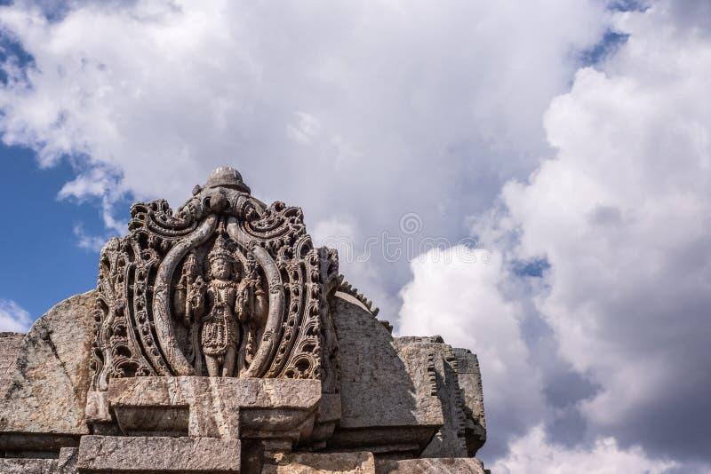 Statua di Vishmu sulla torre superiore anteriore di Vimana al tempio di Veera Narayana in Belavadi, il Karnataka, India fotografie stock libere da diritti