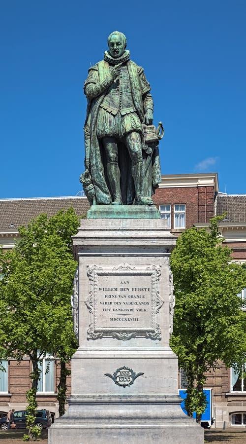 Statua di William I, principe dell'arancia sul quadrato del Het Plein a L'aia, Paesi Bassi immagini stock