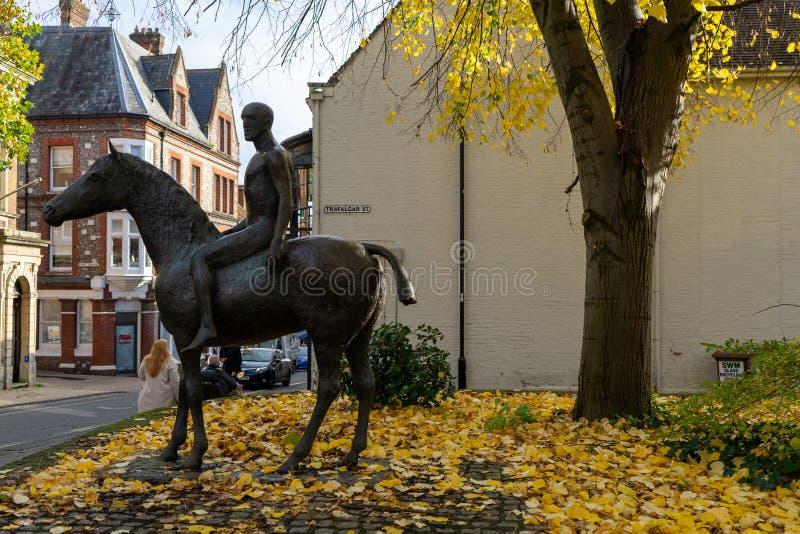 11/06/2019: statua di Winchester, Hampshire, UK The Horse and Rider a Winchester, Regno Unito, di Elisabeth Frink in autunno fotografia stock libera da diritti