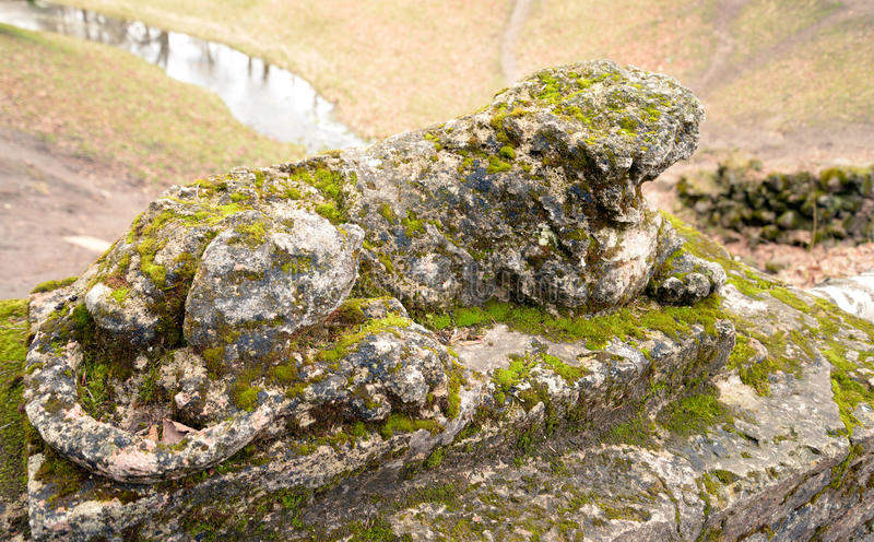 Statua distrutta del leone fotografie stock