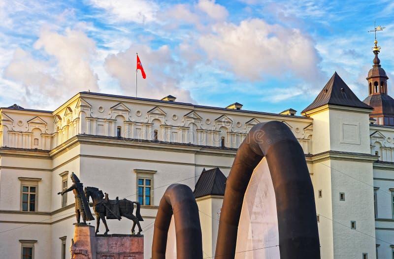 Statua diuk Gediminas i Royal Palace w Vilnius obraz royalty free