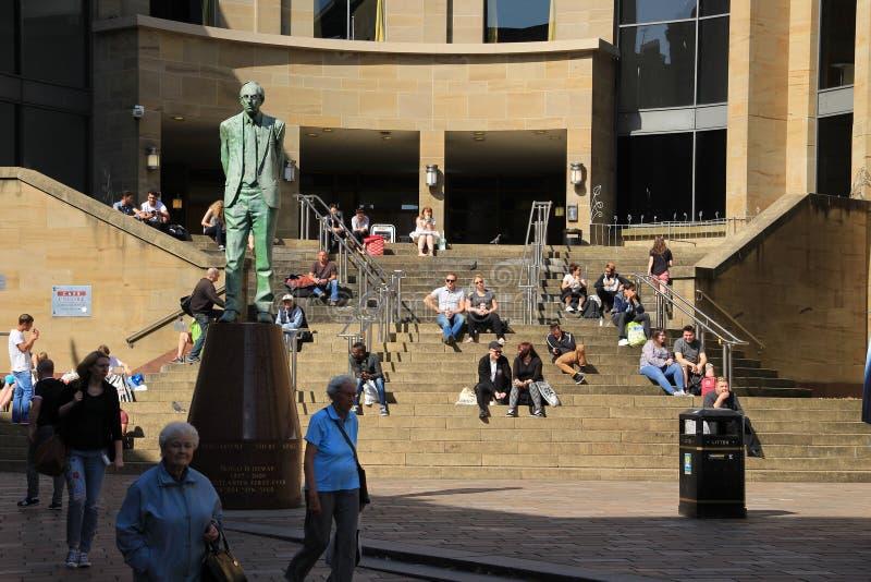 Statua Donald Dewar przed Glasgow Królewską filharmonią obrazy stock