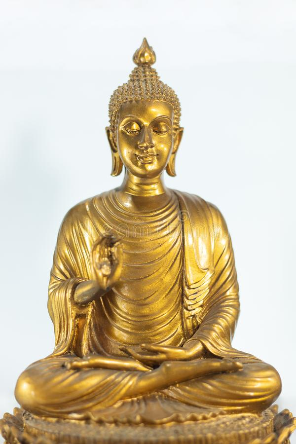 Statua dorata del buddha dio di credenza dell'India nella religione oggetto antico tailandese della cultura fotografie stock libere da diritti