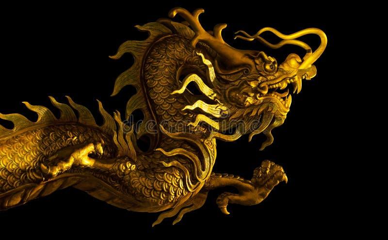 Statua dorata del drago all'isolato a su fondo bianco illustrazione di stock