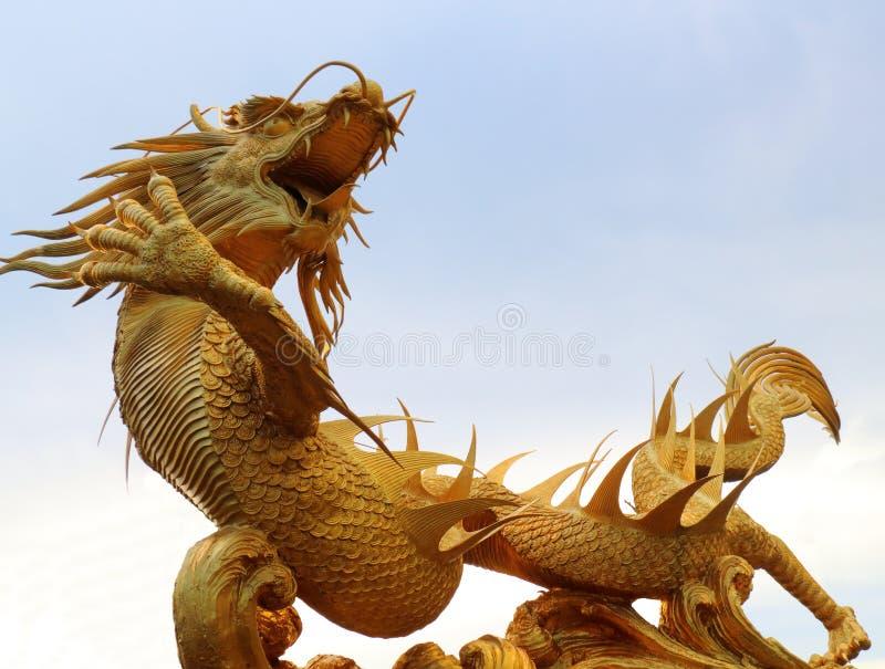 Statua dorata del drago in tempio cinese immagine stock