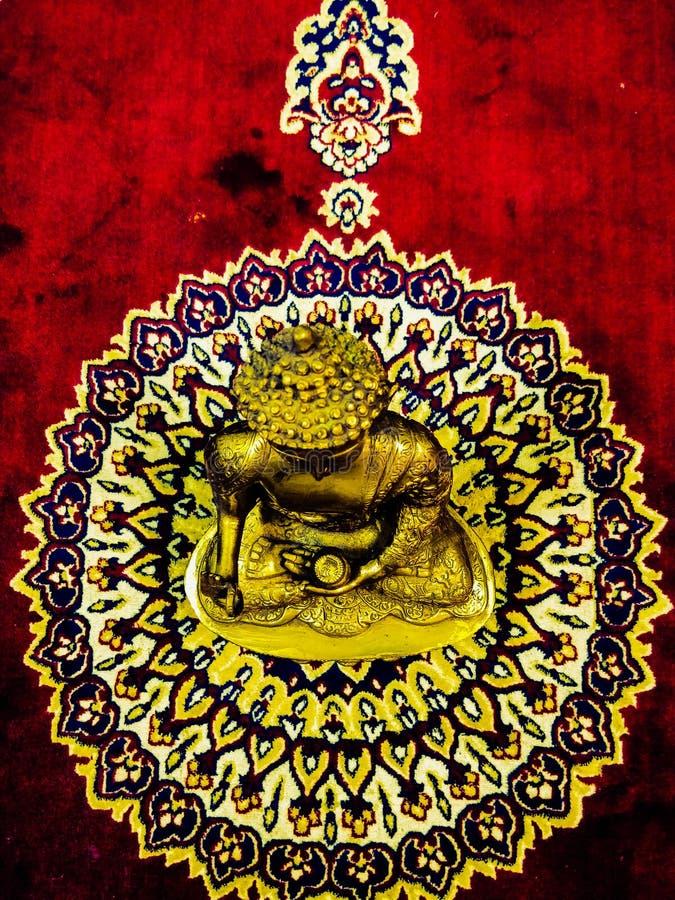 statua dorata del gautam Buddha di signore fotografia stock
