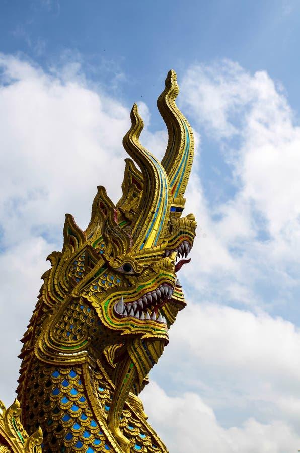 Download Statua Dorata Del Naga Con Cielo Blu Fotografia Stock - Immagine di nube, architettura: 55361386