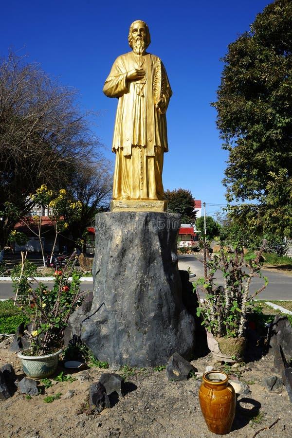 Statua dorata del vescovo fotografia stock libera da diritti