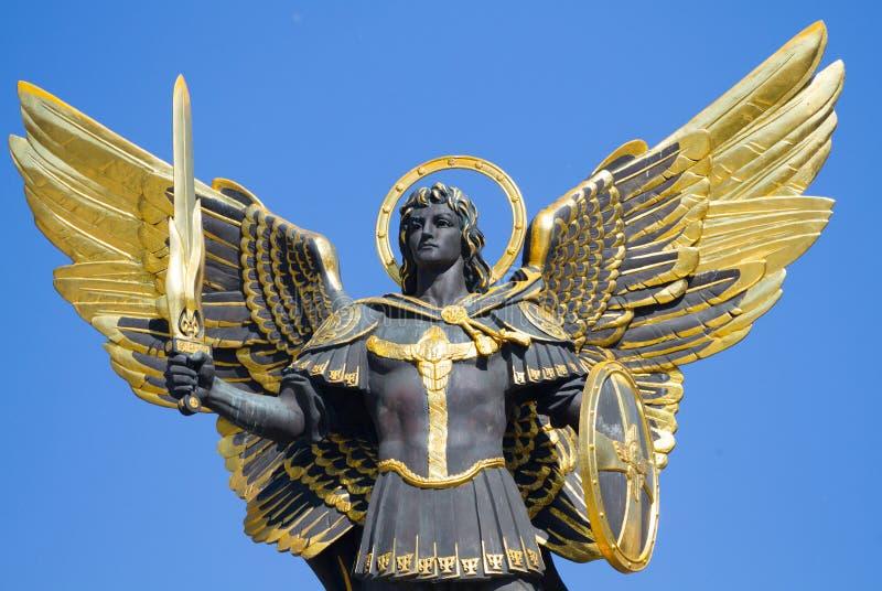 Statua dorata dell'arcangelo Michael al quadrato di indipendenza a Kiev fotografie stock libere da diritti