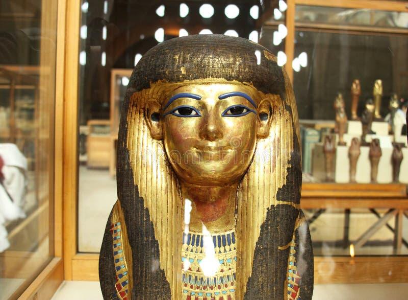 Statua dorata della regina Tuya nel museo egiziano a Cairo nell'egitto fotografie stock libere da diritti