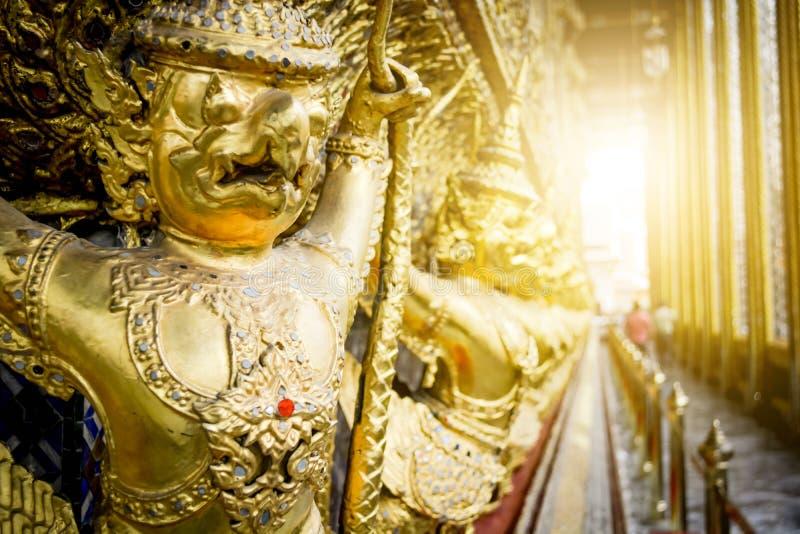 Statua dorata di Bangkok, Tailandia in grande pra KE del batuffolo di Royal Palace immagini stock