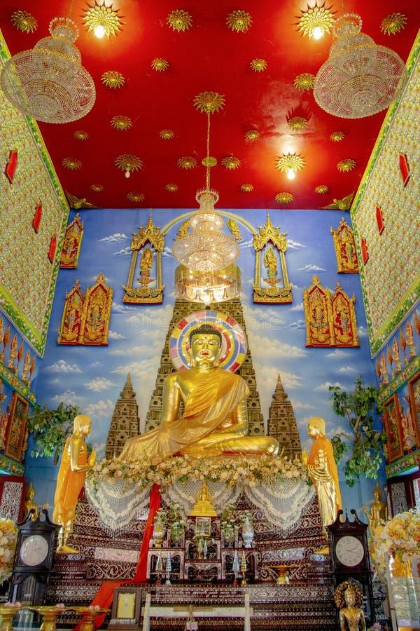 Statua dorata di Buddha al tempio del pubblico della Tailandia fotografia stock libera da diritti