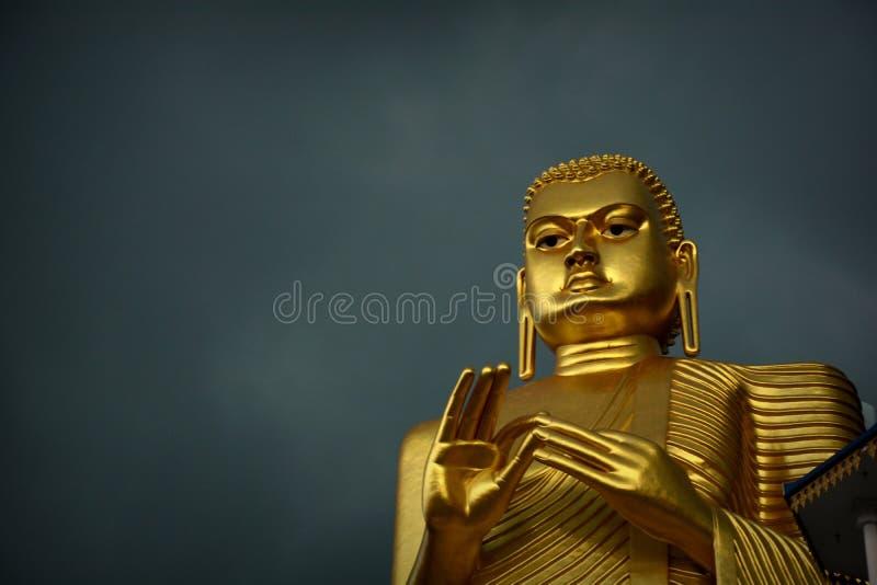 Statua dorata di Buddha di Dambulla fotografia stock libera da diritti