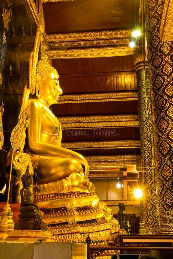 Statua dorata di Buddha di bella arte tailandese famosa in Phitsanulok, Tailandia fotografie stock libere da diritti
