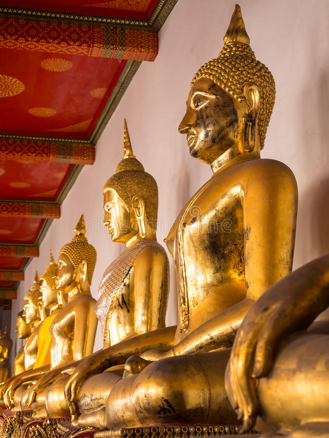 Statua dorata di Buddha intorno ad area della chiesa principale in Wat Pho immagine stock