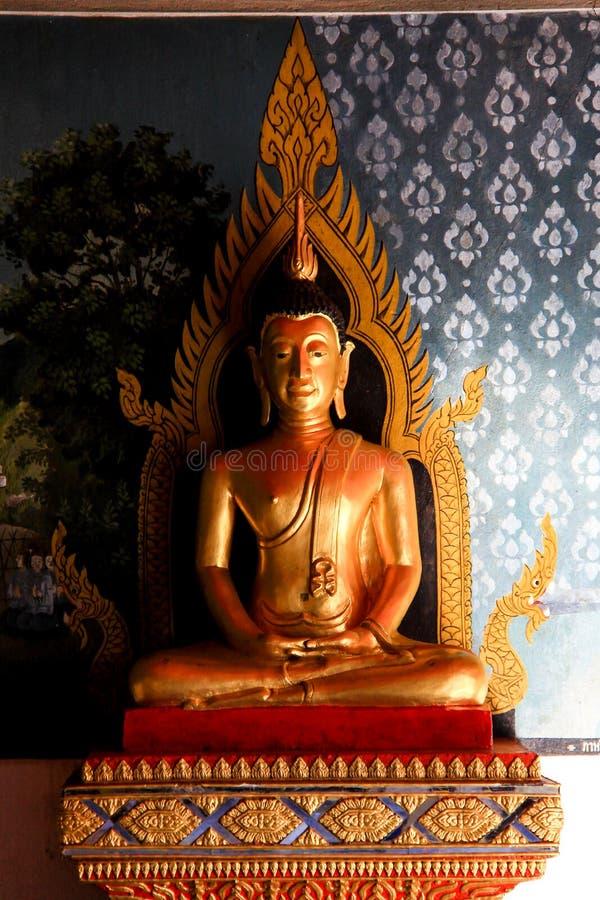 Statua dorata di Buddha nell'atteggiamento della meditazione in Chiang Mai fotografia stock libera da diritti