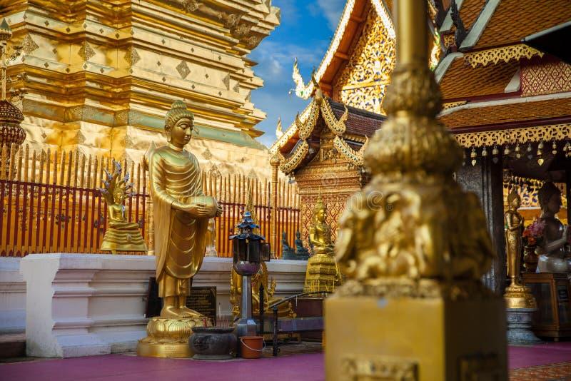 Statua dorata di Buddha in tempio della Tailandia Buddha fotografie stock