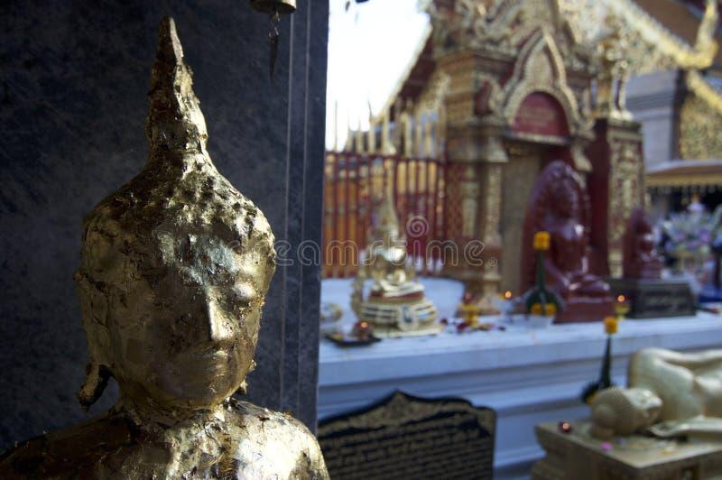 Statua dorata di Buddha a Wat Doi Suthep fotografie stock libere da diritti